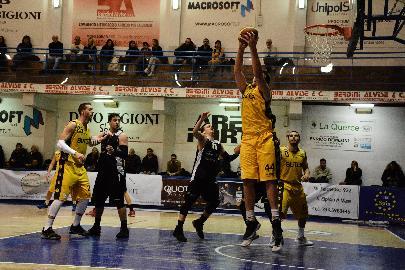 https://www.basketmarche.it/immagini_articoli/13-01-2018/serie-c-silver-la-sutor-montegranaro-vince-e-convince-contro-la-robur-osimo-270.jpg