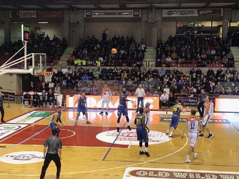 https://www.basketmarche.it/immagini_articoli/13-01-2019/aurora-jesi-beffata-finale-derby-poderosa-montegranaro-600.jpg
