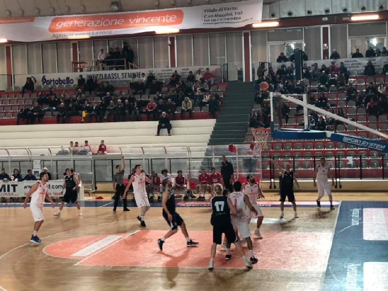 https://www.basketmarche.it/immagini_articoli/13-01-2019/vasto-basket-ferma-supera-basket-aquilano-centra-tredici-600.jpg