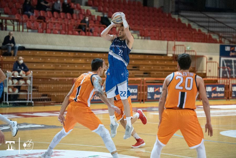 https://www.basketmarche.it/immagini_articoli/13-01-2021/recupero-janus-fabriano-allunga-finale-vince-derby-campo-aurora-jesi-600.jpg