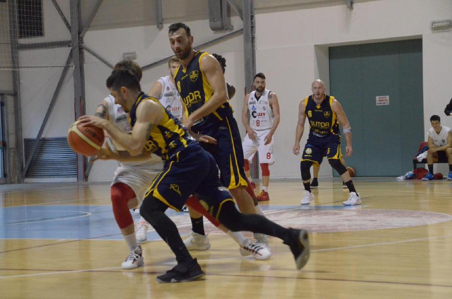 https://www.basketmarche.it/immagini_articoli/13-04-2019/gold-playoff-anticipi-gara-sutor-ribalta-fattore-campo-lanciano-convincente-600.jpg