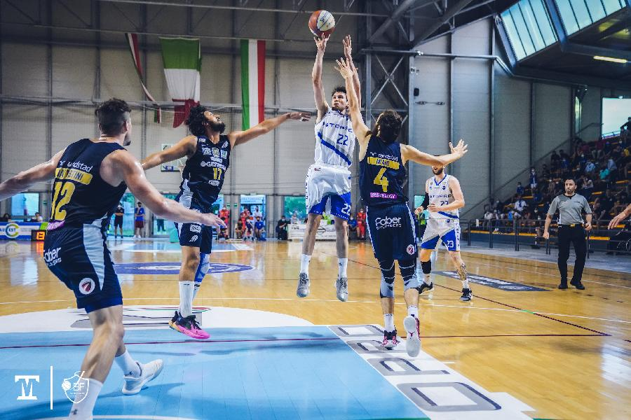 https://www.basketmarche.it/immagini_articoli/13-06-2021/finale-janus-fabriano-batte-autorit-cividale-600.jpg