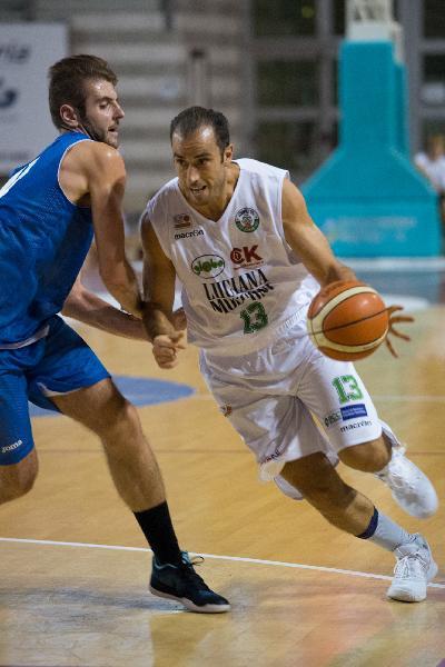 https://www.basketmarche.it/immagini_articoli/13-07-2019/primo-botto-mercato-sutor-montegranaro-ufficiale-firma-centro-valerio-polonara-600.jpg