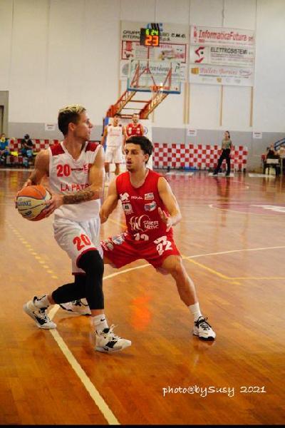 https://www.basketmarche.it/immagini_articoli/13-09-2021/supercoppa-flying-balls-ozzano-sconfitti-miniato-600.jpg