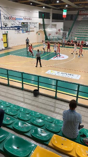 https://www.basketmarche.it/immagini_articoli/13-10-2019/esordio-positivo-camb-montecchio-regola-basket-auximum-osimo-600.jpg