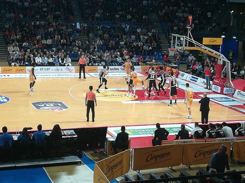 https://www.basketmarche.it/immagini_articoli/13-10-2019/niente-fare-vuelle-pesaro-virtus-bologna-passa-autorit-vitrifrigo-arena-600.jpg
