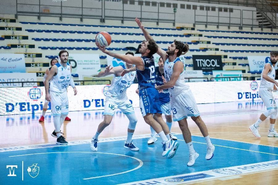 https://www.basketmarche.it/immagini_articoli/13-12-2020/corsa-janus-fabriano-ferma-campo-pallacanestro-roseto-600.jpg