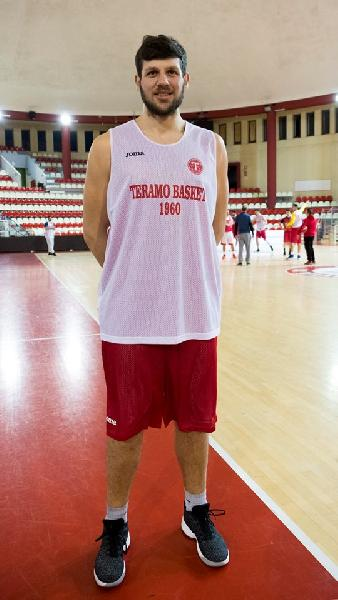 https://www.basketmarche.it/immagini_articoli/14-02-2019/basket-fossombrone-ufficializza-arrivo-lungo-victor-osmatescu-600.jpg