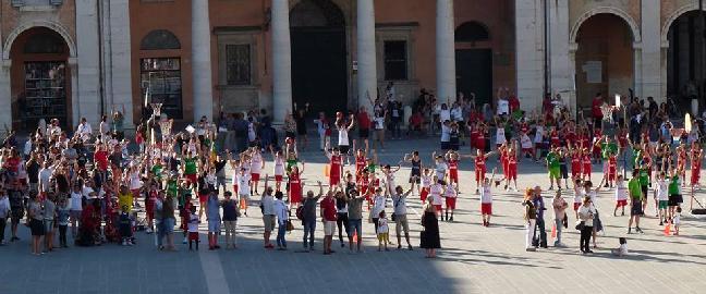 https://www.basketmarche.it/immagini_articoli/14-06-2017/giovanili-il-resoconto-della-festa-del-minibasket-organizzata-da-maior-senigallia-e-marotta-270.jpg