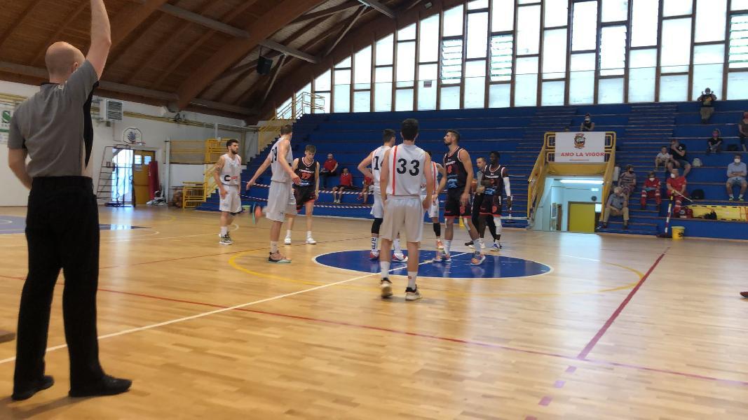 https://www.basketmarche.it/immagini_articoli/14-06-2021/unibasket-lanciano-mani-vuote-trasferta-campo-vigor-matelica-600.jpg