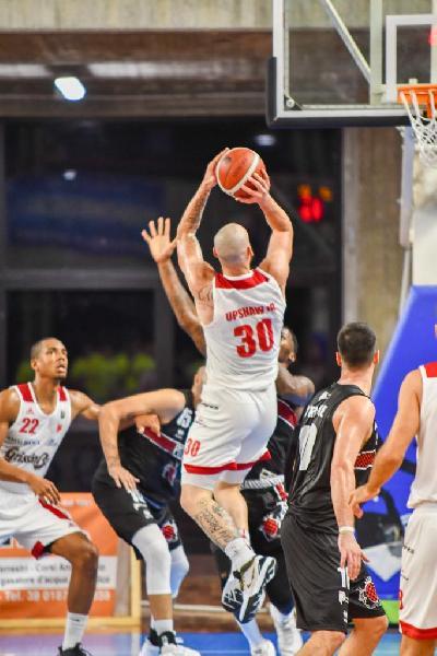 https://www.basketmarche.it/immagini_articoli/14-09-2019/grissin-reggio-emilia-supera-oriora-pistoia-vince-torneo-spezia-600.jpg