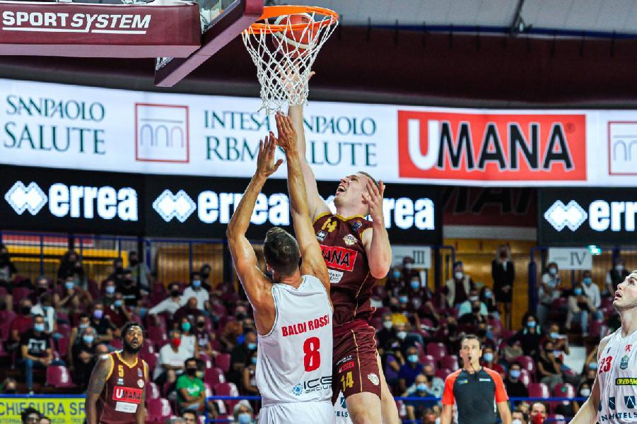 https://www.basketmarche.it/immagini_articoli/14-09-2021/supercoppa-reyer-venezia-supera-pallacanestro-reggiana-conquista-final-eight-600.jpg