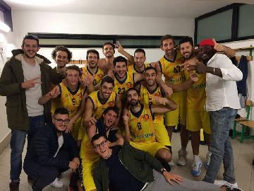 https://www.basketmarche.it/immagini_articoli/14-10-2017/d-regionale-il-derby-fermano-se-lo-aggiudica-il-basket-fermo-270.jpg
