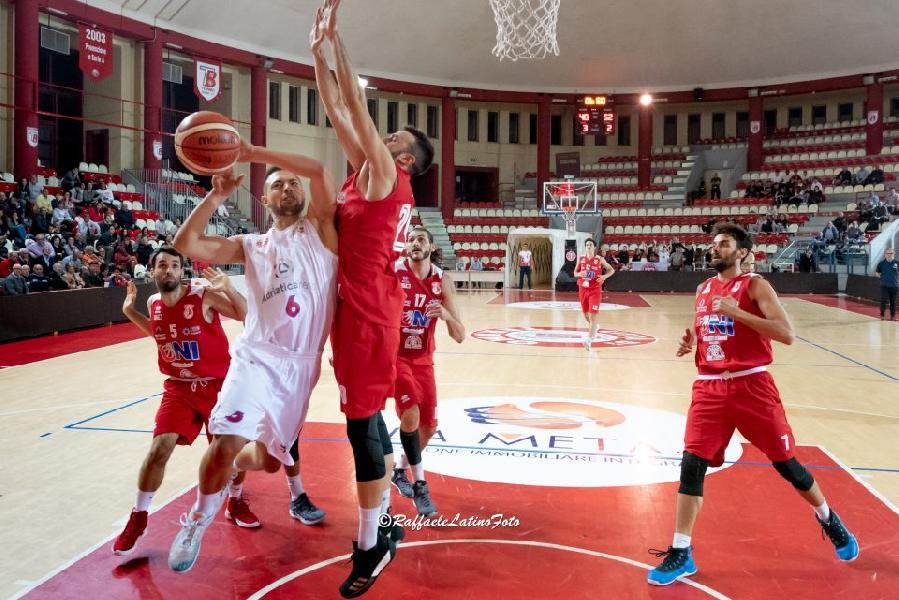 https://www.basketmarche.it/immagini_articoli/14-10-2018/teramo-basket-cuore-basta-derby-unibasket-pescara-600.jpg