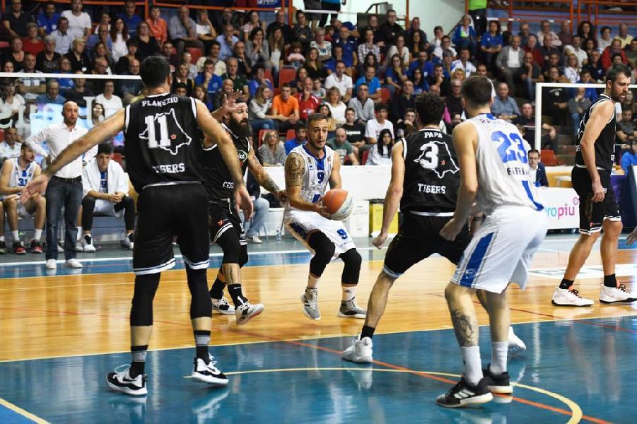 https://www.basketmarche.it/immagini_articoli/14-10-2019/janus-fabriano-porta-casa-gara-complicata-tigers-cesena-600.jpg