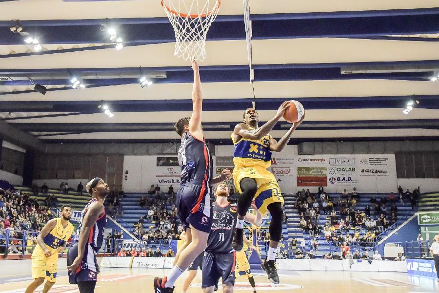 https://www.basketmarche.it/immagini_articoli/14-10-2019/poderosa-montegranaro-spegne-bello-viene-beffata-assigeco-piacenza-600.jpg