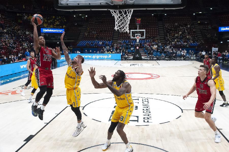 https://www.basketmarche.it/immagini_articoli/14-10-2021/olimpia-milano-devon-hall-piace-giocare-questi-ragazzi-cerchiamo-migliorare-ogni-giorno-stiamo-facendo-600.jpg