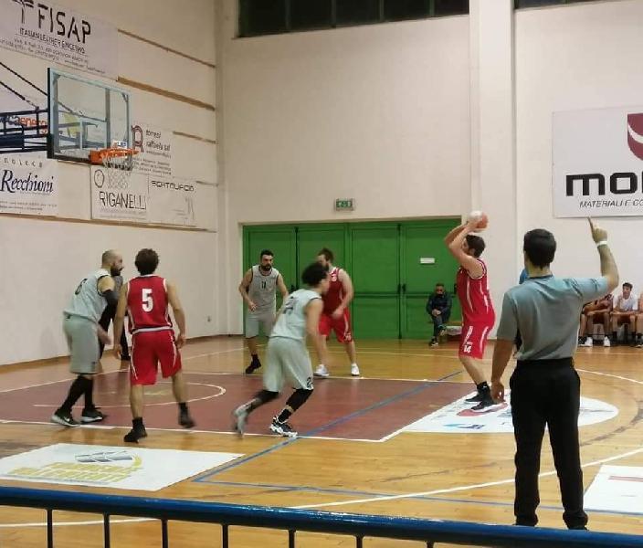 https://www.basketmarche.it/immagini_articoli/14-10-2021/regionale-anticipo-pallacanestro-pedaso-espugna-campo-88ers-civitanova-600.jpg