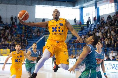 https://www.basketmarche.it/immagini_articoli/15-01-2018/serie-a2-la-poderosa-montegranaro-regola-ferrara-con-un-secondo-tempo-spettacolare-270.jpg
