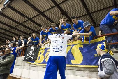 https://www.basketmarche.it/immagini_articoli/15-02-2018/serie-a2-poderosa-montegranaro-focus-on-i-boys-il-gruppo-di-tifosi-più-giovane-d-italia-270.jpg