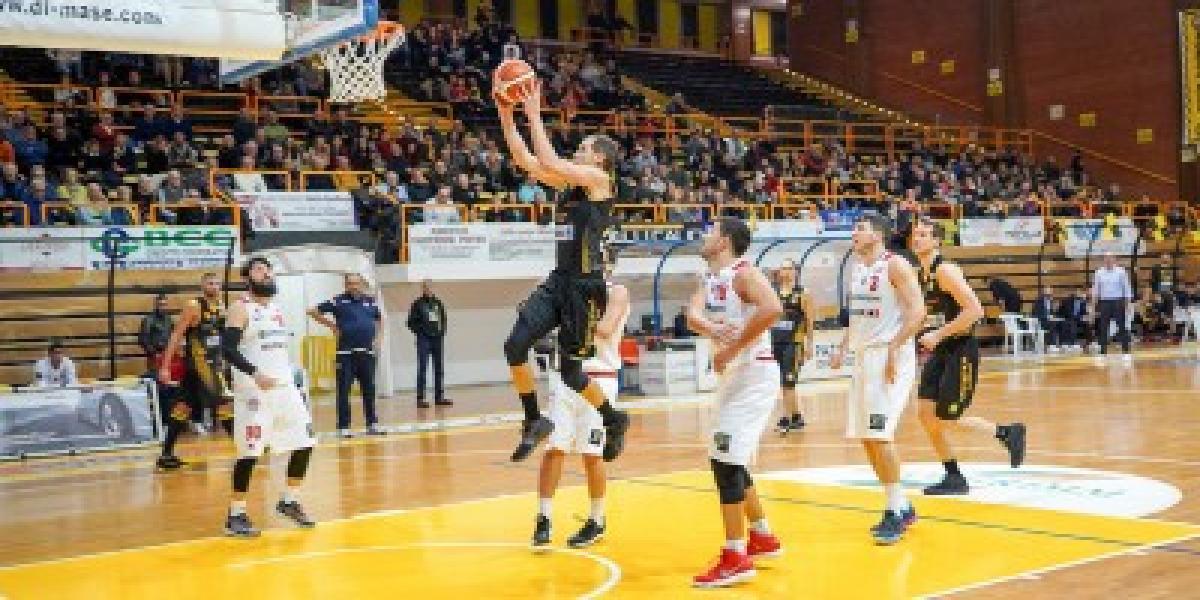 https://www.basketmarche.it/immagini_articoli/15-03-2019/ultima-trasferta-marchigiana-capolista-severo-scena-senigallia-600.jpg