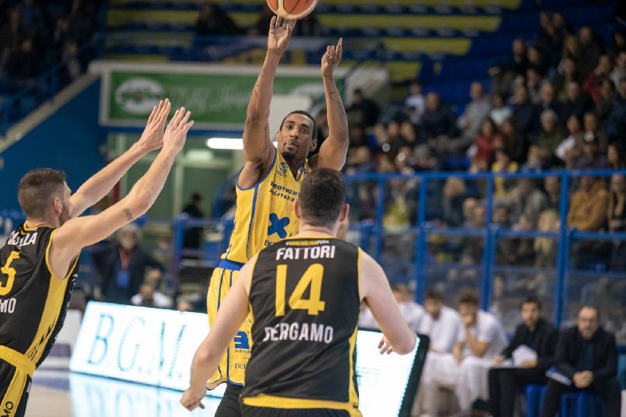 https://www.basketmarche.it/immagini_articoli/15-05-2019/poderosa-montegranaro-cade-bergamo-parole-corbett-coach-pancotto-600.jpg