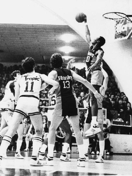 https://www.basketmarche.it/immagini_articoli/15-06-2019/inizia-fabriano-mostra-fotografica-fabriano-basket-passione-infinita-600.jpg