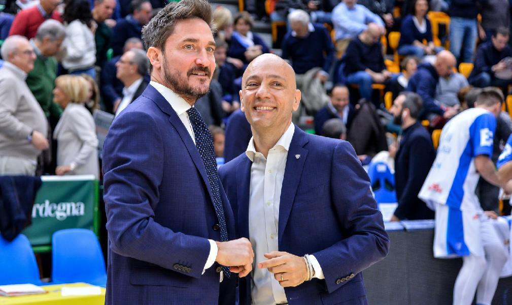 https://www.basketmarche.it/immagini_articoli/15-06-2020/dinamo-sassari-gianmarco-pozzecco-sono-pronto-vedo-lora-abbracciare-staff-giocatori-600.jpg