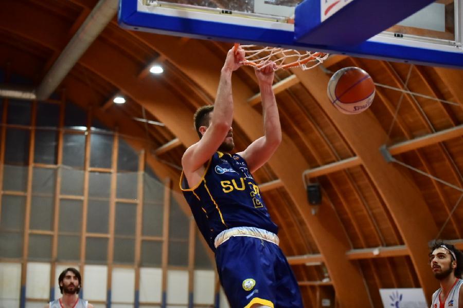 https://www.basketmarche.it/immagini_articoli/15-06-2021/playout-teramo-spicchi-supera-nettamente-sutor-montegranaro-riporta-serie-parit-600.jpg