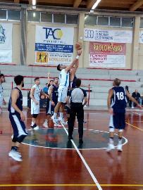 https://www.basketmarche.it/immagini_articoli/15-10-2017/d-regionale-prima-vittoria-per-il-marotta-basket-contro-l-adriatica-pesaro-270.jpg
