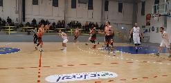 https://www.basketmarche.it/immagini_articoli/15-12-2019/bartoli-mechanics-fatica-fine-piega-coriaceo-basket-gualdo-120.jpg