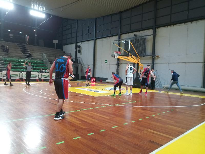 https://www.basketmarche.it/immagini_articoli/15-12-2019/basket-contigliano-sconfitto-campo-atomika-spoleto-trascinata-spaziale-titta-600.jpg