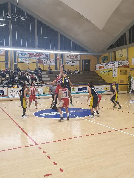 https://www.basketmarche.it/immagini_articoli/15-12-2019/basket-fanum-supera-volata-basket-durante-urbania-600.jpg