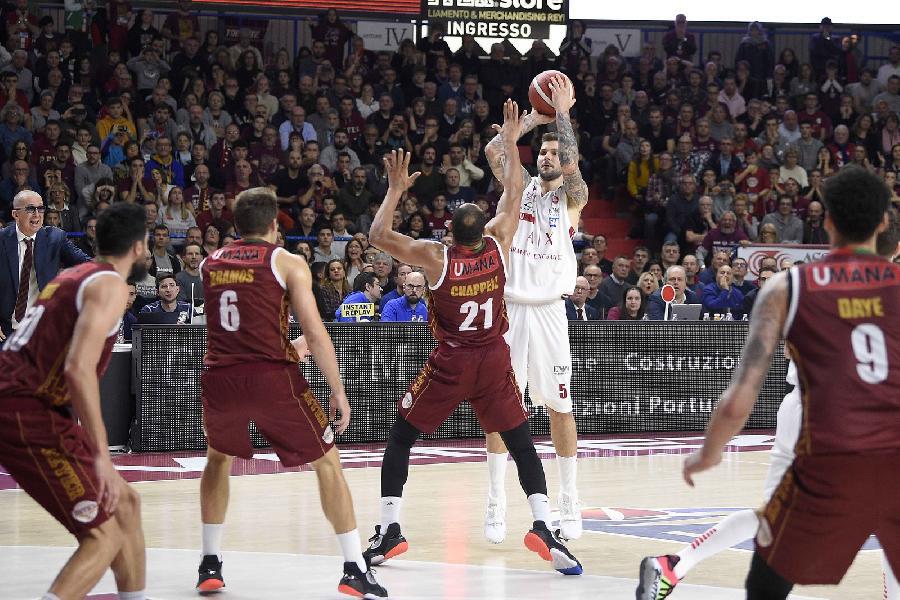 https://www.basketmarche.it/immagini_articoli/15-12-2019/tripla-micov-regala-vittoria-olimpia-milano-campo-reyer-venezia-600.jpg
