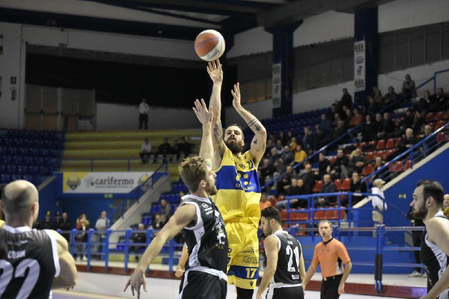 https://www.basketmarche.it/immagini_articoli/16-01-2020/poderosa-montegranaro-ferma-caserta-arriva-quarta-fila-ottimo-bonacini-600.jpg