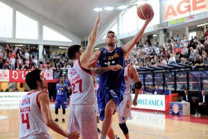 https://www.basketmarche.it/immagini_articoli/16-04-2018/serie-a2-la-poderosa-montegranaro-sbatte-contro-imola-e-resta-con-il-fiato-sospeso-per-rivali-270.jpg