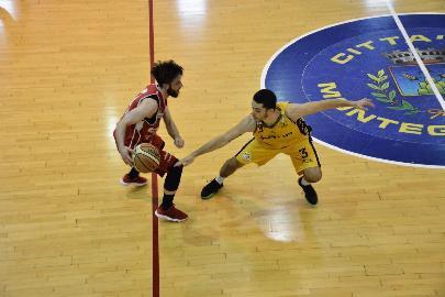 https://www.basketmarche.it/immagini_articoli/16-05-2018/serie-c-silver-playoff-finali-gara-4-la-sutor-montegranaro-batte-matelica-e-conquista-la-fase-nazionale-270.jpg