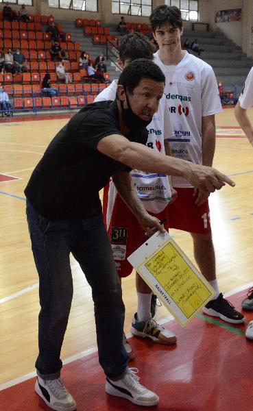 https://www.basketmarche.it/immagini_articoli/16-06-2021/ufficiale-separano-strade-pallacanestro-senigallia-coach-gabriele-ruini-600.jpg