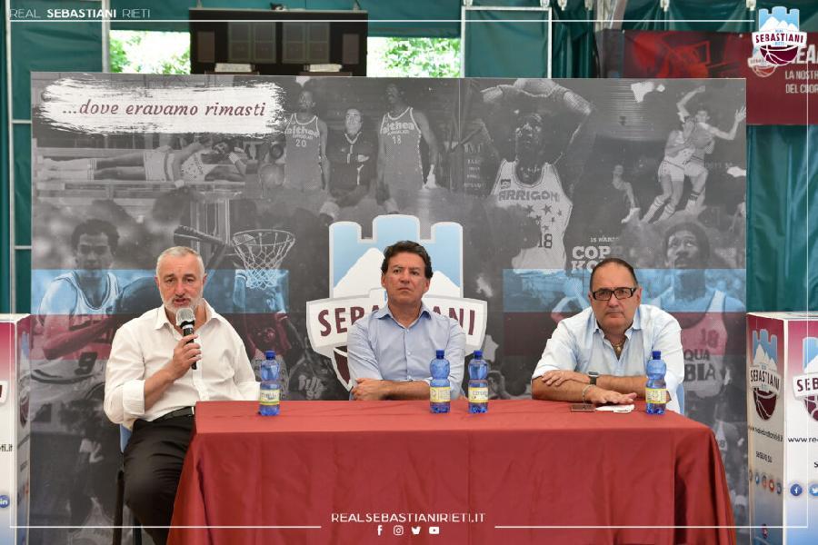 https://www.basketmarche.it/immagini_articoli/16-07-2021/real-sebastiani-presentato-coach-finelli-ambizione-progettualit-pietropaoli-palasojourner-600.jpg