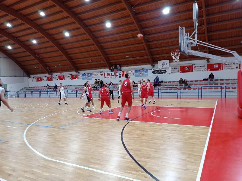 https://www.basketmarche.it/immagini_articoli/16-10-2021/pallacanestro-urbania-vince-derby-campo-pallacanestro-acqualagna-600.jpg
