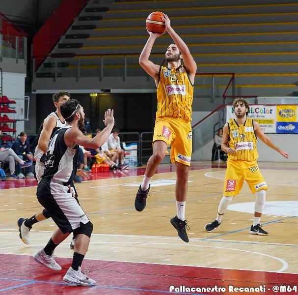 https://www.basketmarche.it/immagini_articoli/16-12-2019/pallacanestro-recanati-coach-pesaresi-aver-trovare-buone-soluzioni-attacco-condizionati-mentalmente-600.jpg