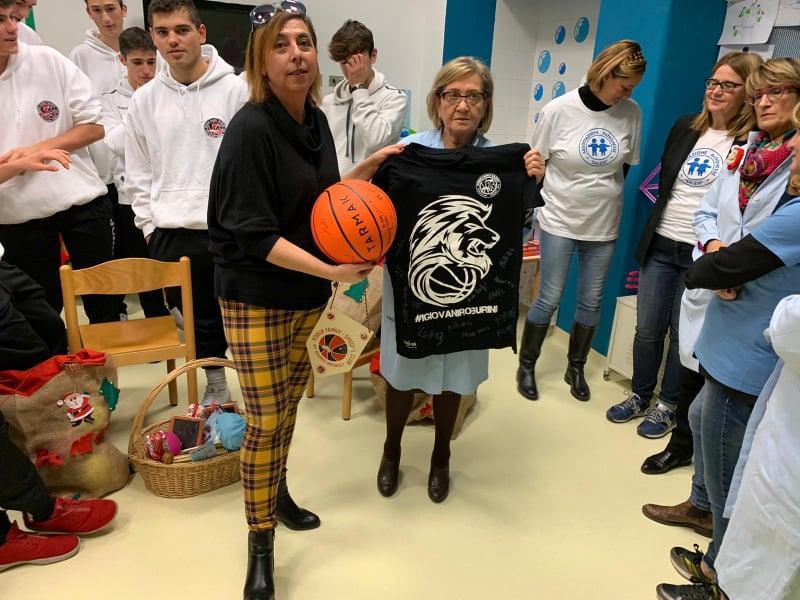 https://www.basketmarche.it/immagini_articoli/16-12-2019/under-robur-family-osimo-visita-ospedale-salesi-ancona-600.jpg
