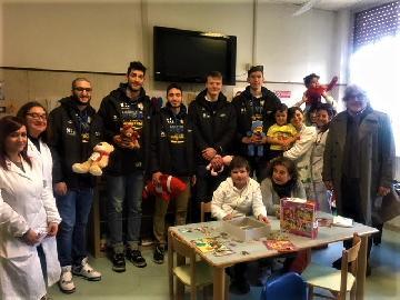 https://www.basketmarche.it/immagini_articoli/17-01-2018/serie-a2-poderosa-montegranaro-focus-on-teddy-bear-toss-270.jpg