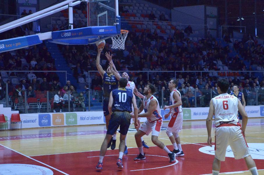 https://www.basketmarche.it/immagini_articoli/17-02-2020/sutor-montegranaro-paga-brutto-quarto-cade-campo-teate-basket-chieti-600.jpg