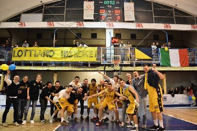 https://www.basketmarche.it/immagini_articoli/17-05-2018/serie-c-silver-video-la-bombonera-trascina-la-sutor-montegranaro-il-video-dell-atmosfera-in-gara-4-270.jpg