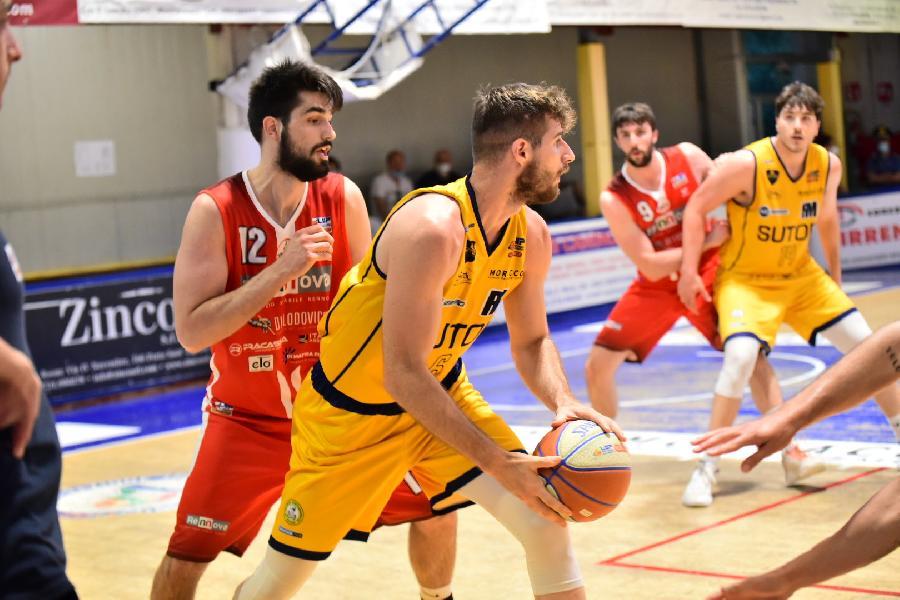 https://www.basketmarche.it/immagini_articoli/17-06-2021/sutor-montegranaro-spalle-muro-parole-coach-ciarpella-600.jpg