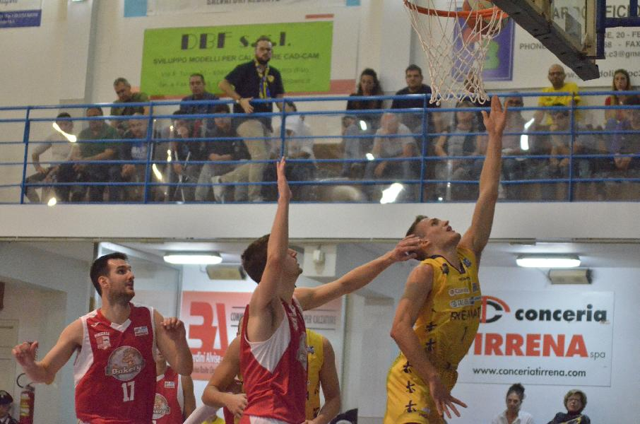 https://www.basketmarche.it/immagini_articoli/17-10-2019/black-bombonera-risveglia-sutor-montegranaro-fine-piacenza-esultare-600.jpg