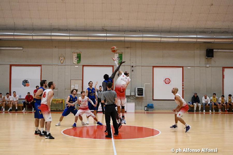 https://www.basketmarche.it/immagini_articoli/17-10-2021/basket-macerata-bagna-esordio-netta-vittoria-basket-fermo-600.jpg