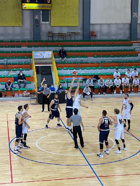 https://www.basketmarche.it/immagini_articoli/17-10-2021/bramante-pesaro-espugna-campo-falconara-basket-600.jpg