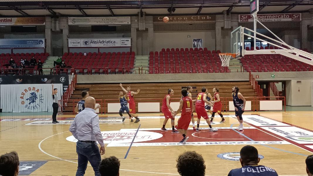 https://www.basketmarche.it/immagini_articoli/17-10-2021/wispone-taurus-conquista-prima-vittoria-lucky-wind-foligno-basta-budrys-punti-600.jpg